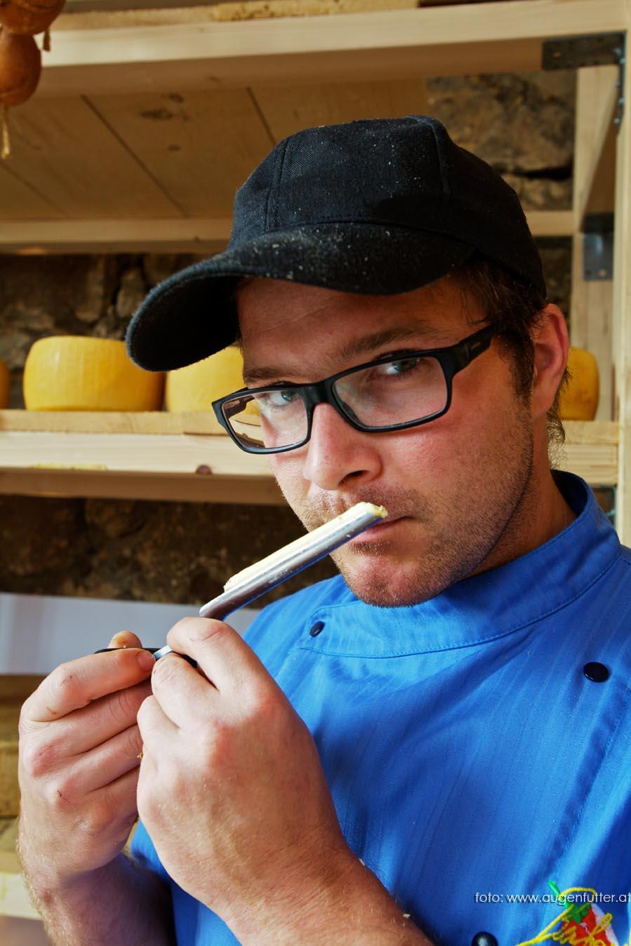 Fromagerie zu Riegersburg: Käseaffineur Berhard Gruber im Reiferaum